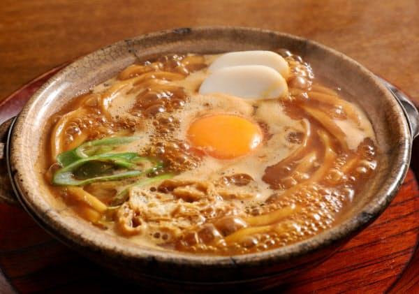 山本屋本店の味噌煮込みうどんは、白味噌をブレンドしてまろやかな味に仕立てる
