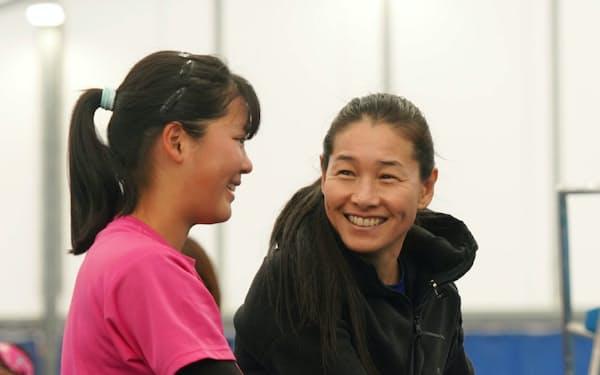 女子ジュニア選手を指導する伊達公子さん(右)