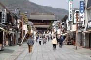 新型コロナは観光にも深刻な影響をもたらしている(長野市の善光寺付近)