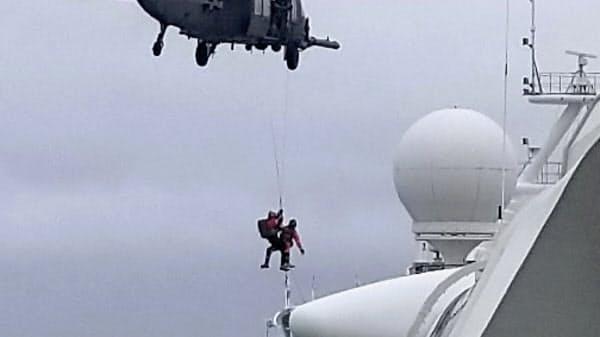 「グランド・プリンセス」にヘリコプターで検査キットが運び込まれた=AP