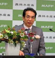 花の購入を呼びかける江藤農相(6日、農水省)
