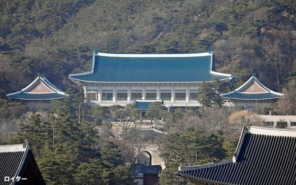 韓国からの入国を大幅に制限する日本政府の措置に、韓国が強く反発している(韓国の大統領府)=ロイター