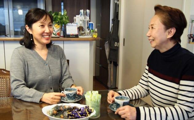 義母と同居する安藤さん(左)は「最初は緊張していたけど、今では何でも話すざっくばらんな関係」