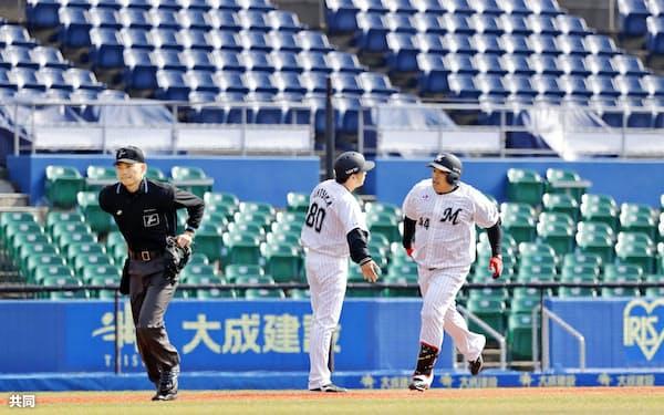 無観客試合となった楽天戦で本塁打を放ち、ホームに向かうロッテ・井上晴哉選手=29日、千葉市のZOZOマリンスタジアム