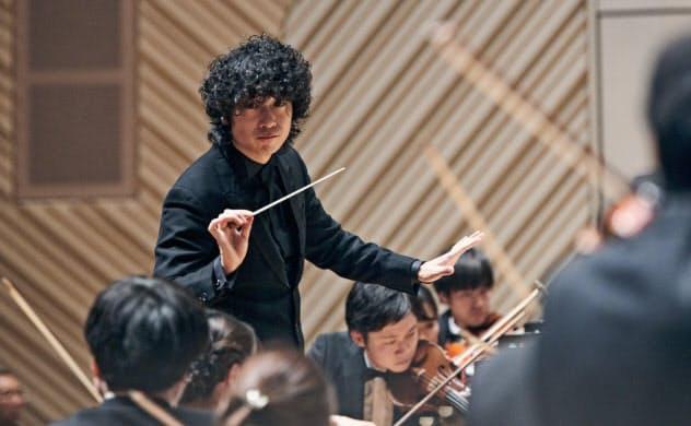 日本コロムビアの若手クラシックレーベル「オーパス・ワン」からCDを発表した指揮者の坂入健司郎
