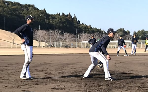 中川(手前右)は宮崎キャンプで連日三塁の特守に励んだ
