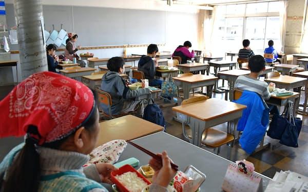 臨時休校中でも児童が登校し、給食も提供された竹園西小学校(6日、茨城県つくば市)