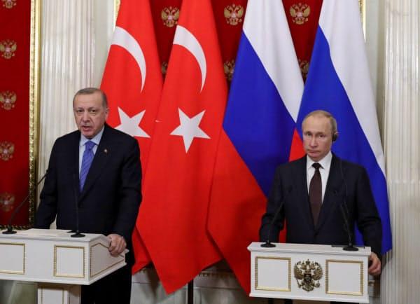 共同記者会見に臨むトルコのエルドアン大統領(左)とロシアのプーチン大統領(5日、モスクワ)=ロイター