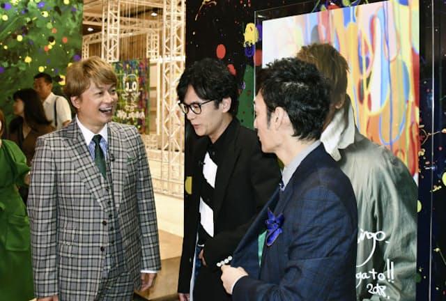2018年、パリで開かれた香取慎吾さん(左)の個展の内覧会で稲垣吾郎さん(中)、草彅剛さんと。ファッション誌も注目する3人だ=共同