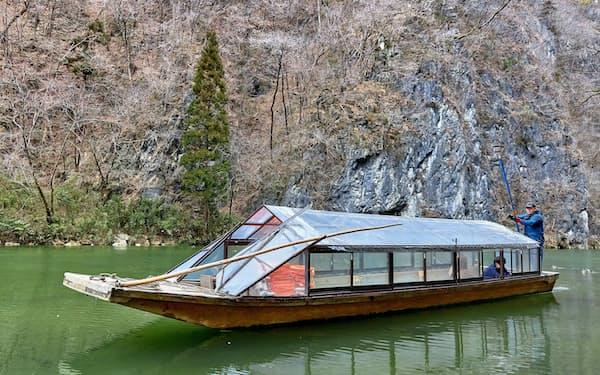 乗船客がまばらな猊鼻渓舟下りの屋形船(岩手県一関市)