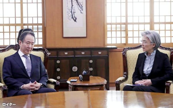 冨田駐韓大使に抗議する韓国の康京和外相(6日、ソウル)=聯合・ロイター