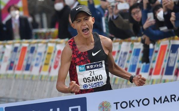 東京マラソンは3月1日、都庁前から東京駅前までの42.195キロで行われ、大迫傑選手が2時間5分29秒の日本新記録で日本勢トップの4位。東京五輪の代表に大きく前進した。写真はゴール目前でガッツポーズする大迫選手