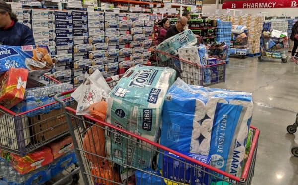 トイレットペーパーや水を買い込む客が目立つ(サンフランシスコ郊外のコストコ店舗)