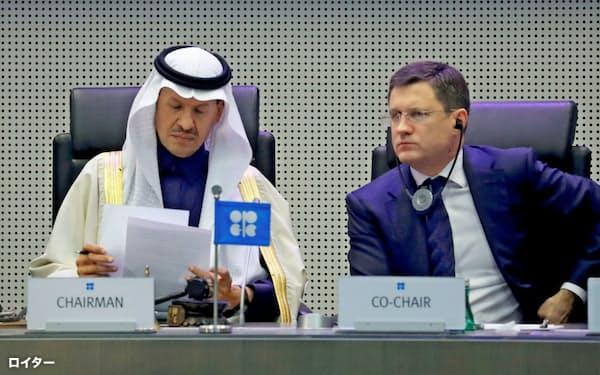6日のOPECプラスの会議に出席したサウジのアブドルアジズエネルギー相(左)と、ノワク・ロシア・エネルギー相=ロイター