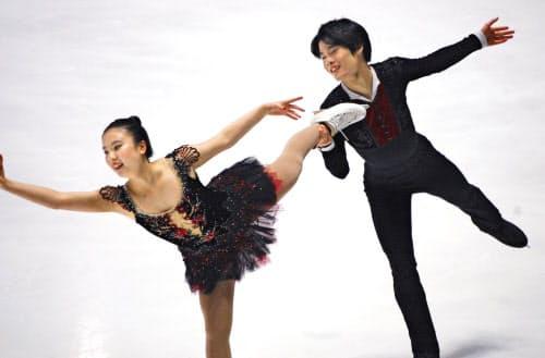 アイスダンス・フリー 演技する吉田(左)、西山組=タリン(共同)