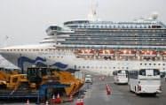 クルーズ船「ダイヤモンド・プリンセス」が停泊する横浜・大黒ふ頭(2月16日)=共同