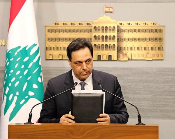 7日、テレビ演説するレバノンのディアブ首相(ベイルート)=ロイター