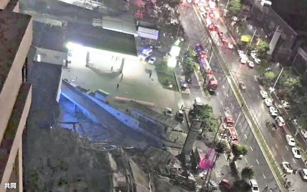 倒壊した中国福建省泉州市内のホテル(7日、短文投稿サイト「微博」から)=共同