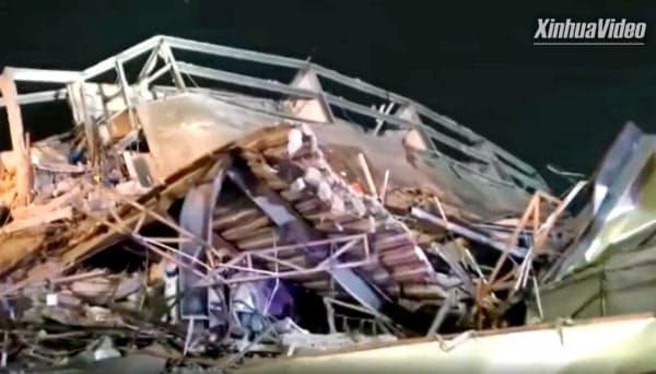 倒壊した中国福建省泉州市内のホテル(7日、新華社・共同)