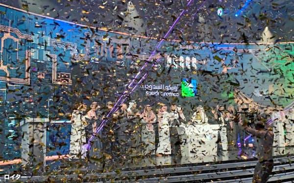 サウジはアラムコ株の海外上場で経済・社会改革を進める原資を獲得しようとしている(2019年12月11日、リヤドで開かれたアラムコIPOの記念式典)=ロイター
