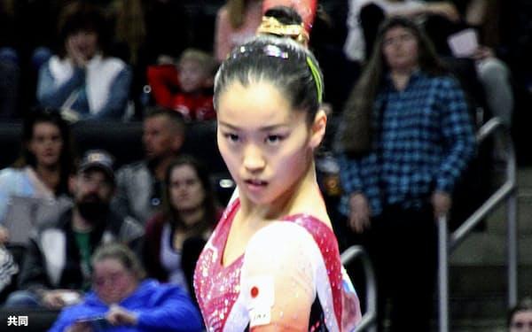 女子個人総合で3位に入った畠田瞳の平均台(7日、ミルウォーキー)=共同