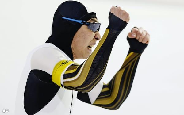 男子500メートルで優勝しガッツポーズする新浜立也。初の種目別総合優勝を決めた(8日、ヘーレンフェイン)=AP