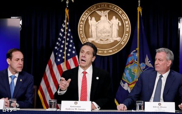 ニューヨーク州のクオモ知事(中央)とデブラシオニューヨーク市長(右)(2日、ニューヨーク)=ロイター