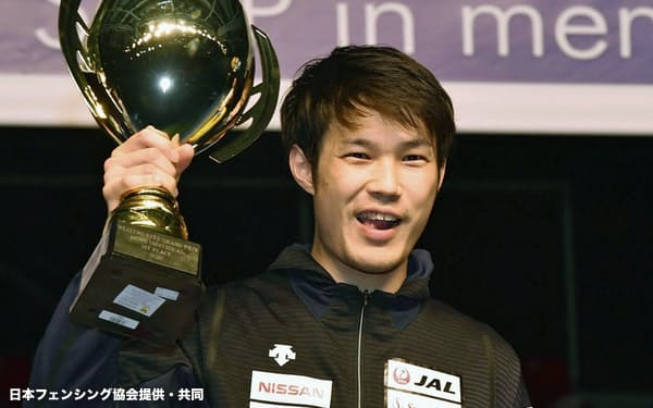 フェンシング・エペのグランプリ大会で初優勝し、トロフィーを掲げる山田優(8日、ブダペスト)=日本フェンシング協会提供・共同