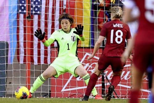 日本―イングランドの後半、ホワイト(18)に決勝ゴールを許すGK池田(8日、ハリソン)=共同