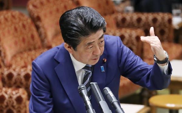 参院予算委で新型コロナウイルスへの対応について答弁する安倍首相(9日午前)