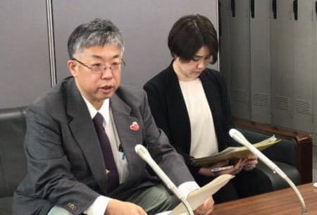 新型コロナの感染者について会見する札幌市の担当者(9日、札幌市)