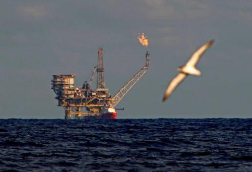 世界の石油需給の緩みは一段と広がる見通し(リビア沖の油田施設)=ロイター
