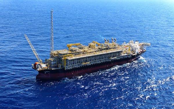 ブラジル沖の海底油田から原油を生産する三井海洋開発などの洋上プラント