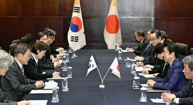 昨年末、安倍晋三首相(右から2人目)と韓国の文在寅大統領(左から2人目)は約1年半ぶりに正式に会談した(2019年12月24日、中国・成都)=共同