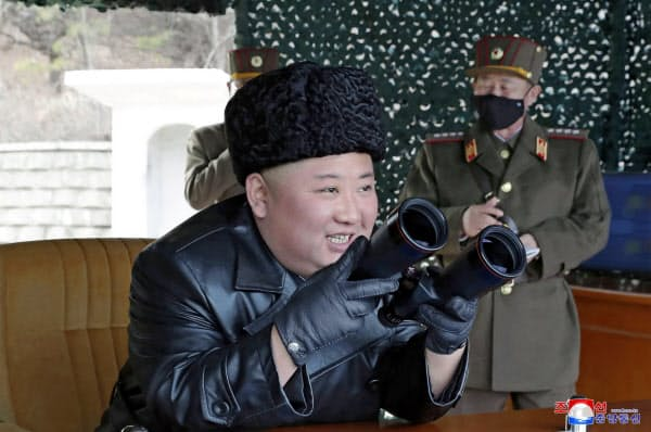 3月2日の飛翔体発射を指導する金正恩委員長=朝鮮中央通信・ロイター