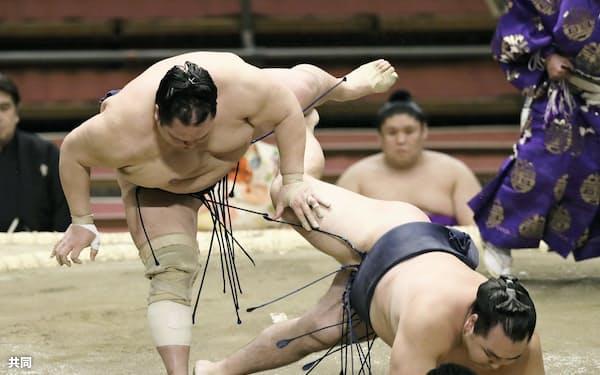 鶴竜を送り倒しで破る北勝富士(9日、エディオンアリーナ大阪)=共同