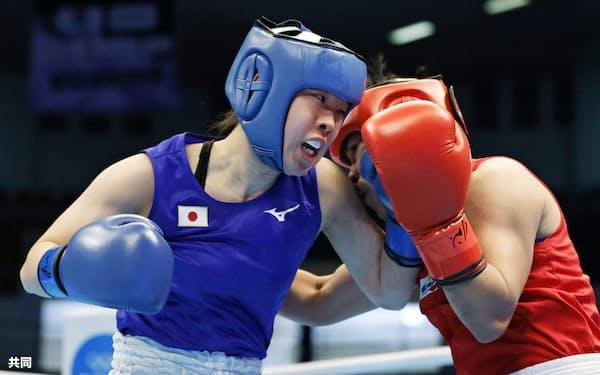 女子フェザー級準々決勝 1回、フィリピン選手(右)を攻める入江聖奈。判定で破り、ボクシング女子で日本勢初となる五輪出場を決めた(9日、アンマン)=共同