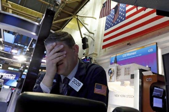 9日の米株価は急落した(ニューヨーク証券取引所)=AP