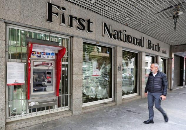 レバノンでは預金の引き出し制限が続く(1月、デモ隊に破壊された銀行支店)=ロイター