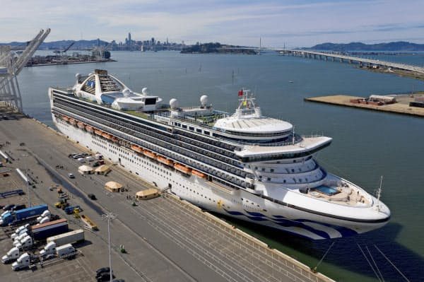 オークランド港に接岸した「グランド・プリンセス」(9日、カリフォルニア州)=AP