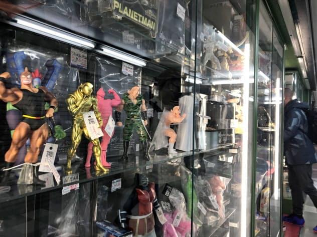 日本のアニメやゲームのキャラクターのフィギュアは外国人にも人気がある(東京・中野にある「まんだらけ」の店頭)