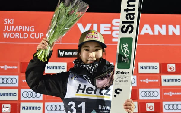 ノルディックスキー・ジャンプ女子のW杯個人第15戦で優勝し、笑顔の高梨沙羅。通算100度目の表彰台となった(9日、リレハンメル)=共同