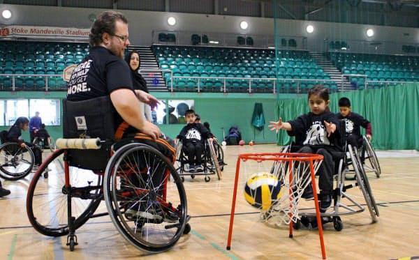 ストーク・マンデビル・スタジアムでは障害のある子どもが様々なスポーツを楽しんでいた