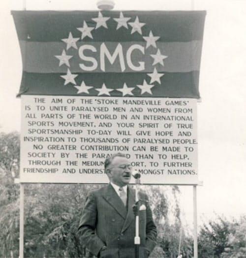 1953年のストーク・マンデビル大会であいさつをするグットマン=ナショナル・パラリンピック・ヘリテージ・センター提供