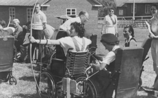 アーチェリーをする選手たち=ナショナル・パラリンピック・ヘリテージ・センター提供