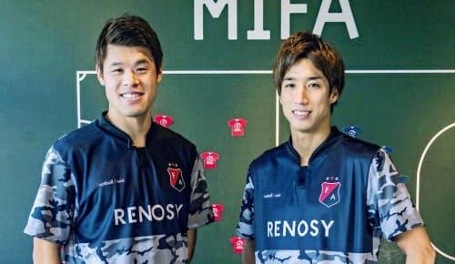 大学生のサッカー部員を支援するプロジェクトを始めた酒井宏樹(左)と大津=共同