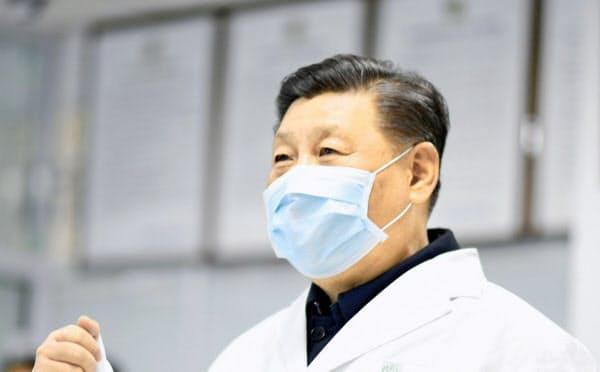 マスク姿で2月、北京市内の施設を視察する中国の習近平主席=新華社・共同