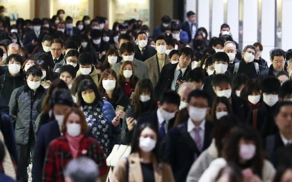 感染経路の分からない感染者の確認が相次ぎ、小規模な感染者の集団「クラスター」の追跡も各地で続く(東京都内で通勤するマスク姿の人たち)