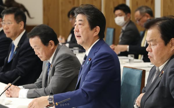 政府・与党連絡会議であいさつする安倍首相(10日、首相官邸)