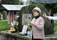 東京大空襲の追悼集会で体験を語る麻山貞枝さん(10日、東京都の隅田公園)=共同
